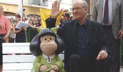Quino con la escultura de Mafalda